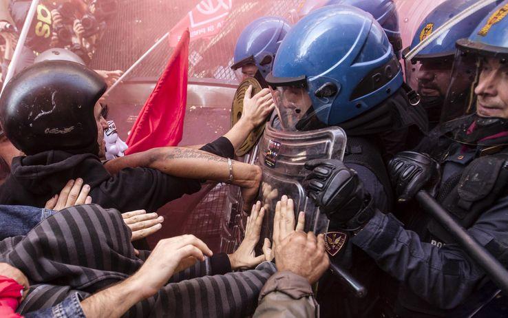 No Tav, scontri a Roma per l'accordo Francia e Italia: 8 feriti, assaltata la sede del Pd.