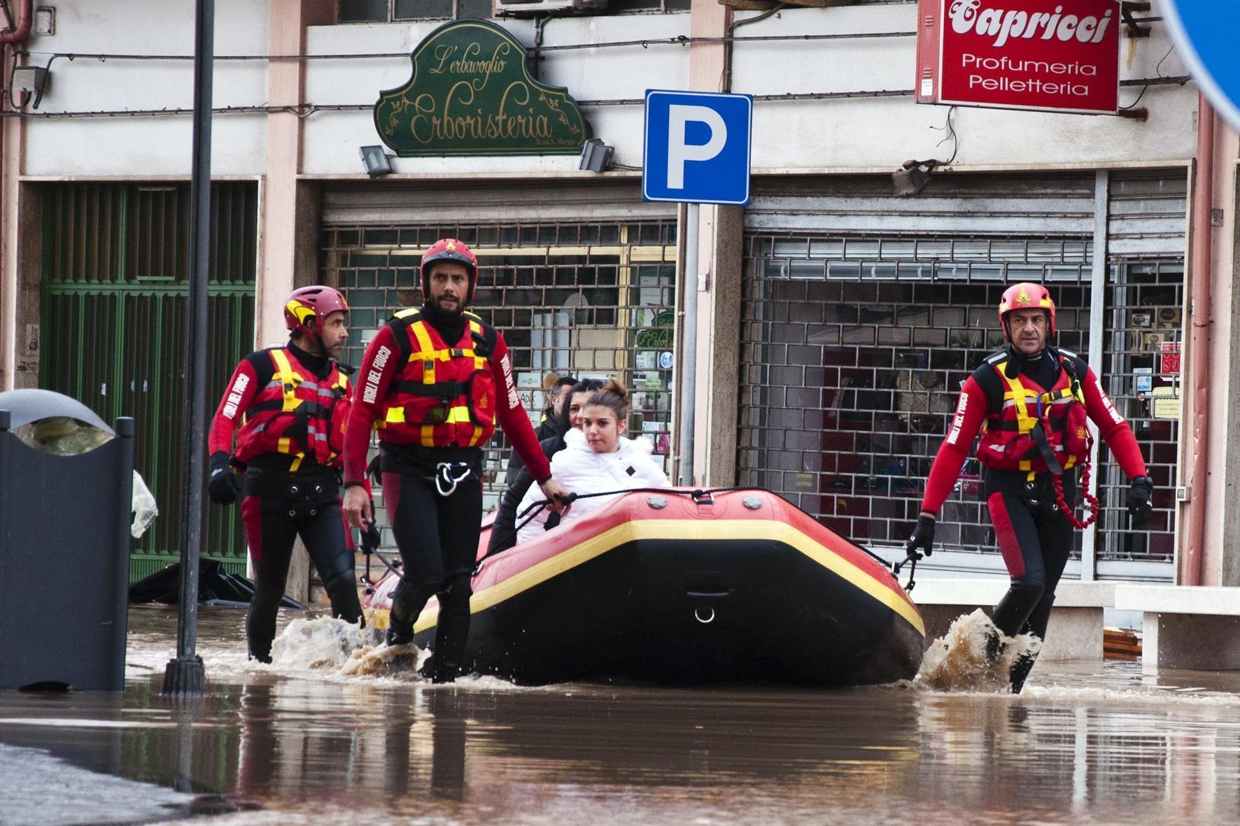 Ciclone in Sardegna, una strage: 16 morti di cui 4 bambini. Paesi isolati, decine i dispersi