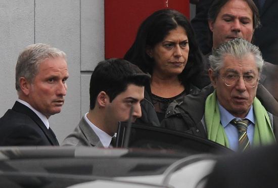 """Truffa e appropriazione indebita, Bossi e """"famiglia"""" verso il processo. In ballo 40 milioni di euro in rimborsi elettorali"""