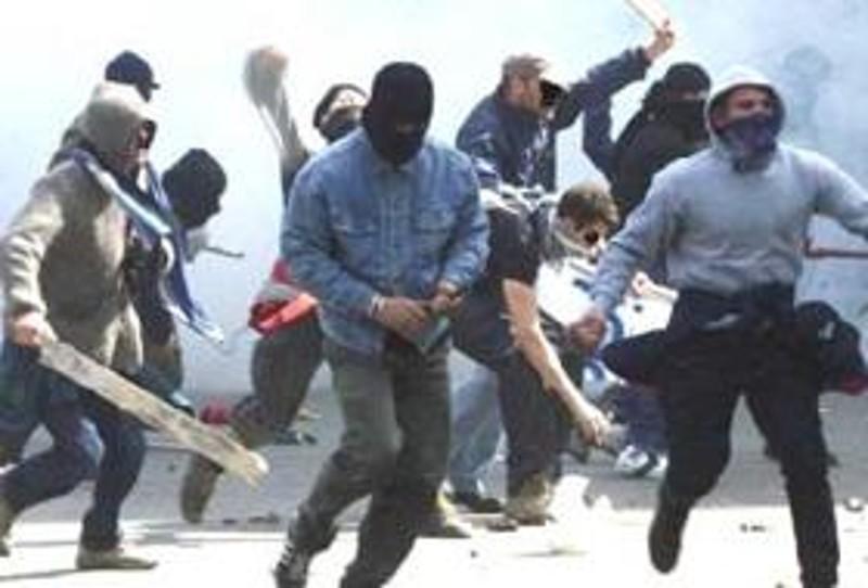 Arrestati 15 ultras del Nocerina per aver aggredito con mazze e bombe carta gli agenti e tifosi del Perugia