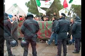 La protesta dei Forconi si allarga in tutto il Paese, scontri e bombe carta a Torino, bloccata la ferrovia a Genova