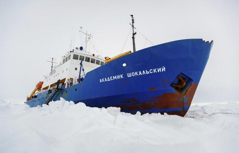 Antartide, la nave russa intrappolata tra i ghiacci: anche gli australiani rinunciano al salvataggio per la tempesta di neve. Ansia per le 74 persone a bordo