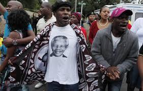 Il mondo piange Madiba: canti, balli e lacrime in onore del padre della nazione sudafricana