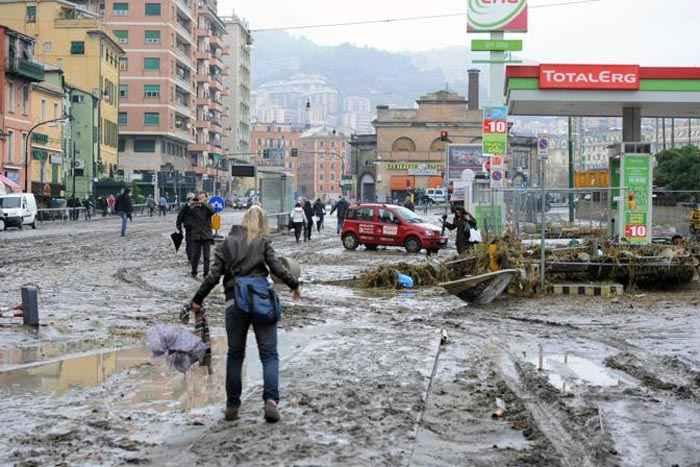 Tempesta di Natale, ucciso uno sciatore. Nubifragi e frane al Nord. Paura a Genova