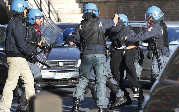 Roma, lancio di bombe carta e scontri alla Sapienza. La polizia sgombera l'aula magna