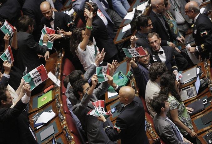 Rissa alla Camera, passa il Dl Imu – Bankitalia ma i 5Stelle assaltano la presidenza