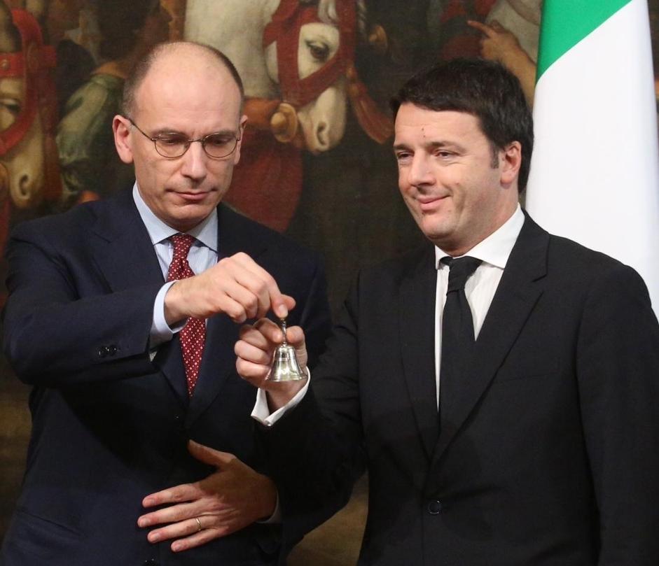Governo Renzi ora in carica, Letta gelido passa la campanella al nuovo premier