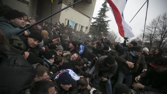 """Crimea, i filorussi occupano il Parlamento. Arsen Avakov: """"Allertate le forze di sicurezza"""""""