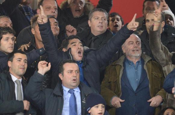 Sotto gli occhi di Maradona il Napoli travolge la Roma e va in finale. E' Diego show al San Paolo