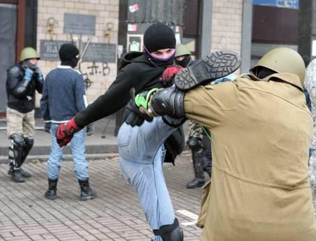 Continuano gli scontri tra manifestanti e polizia a Kiev