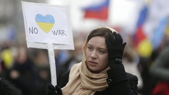 Rischio guerra, Kiev scioglie il parlamento di Crimea. A Mosca la piazza contro Putin