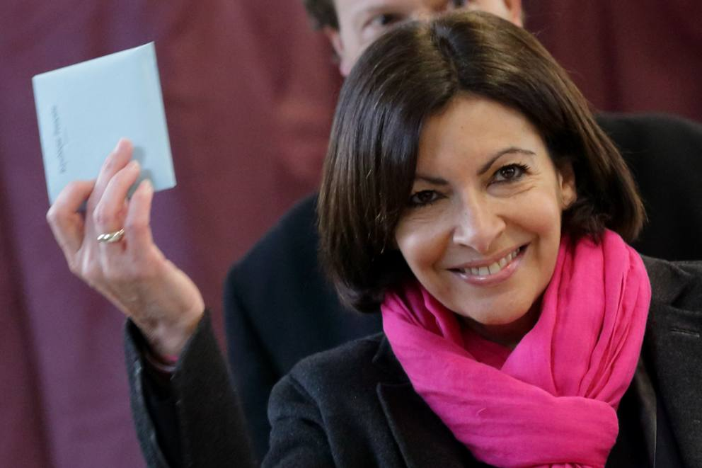 Elezioni in Francia, vince la destra ma la socialista Hidalgo conquista Parigi: primo sindaco donna. Hollande pronto al rimpasto