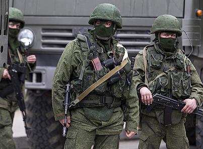 Prove di guerra: russi assediano base militare in Crimea. Poi si ritirano. L'ironia del Cremlino