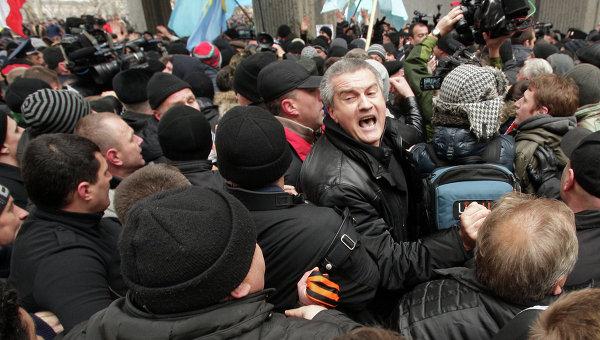 """Crimea, Aksyon chiede aiuto a Putin. Obama avverte: """"Non sarebbe senza costi"""""""