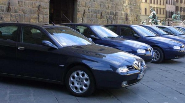 Corsa all'auto blu, 700 offerte in pochi giorni per le prime 25 vetture messe su Ebay. Best seller Alfa 166