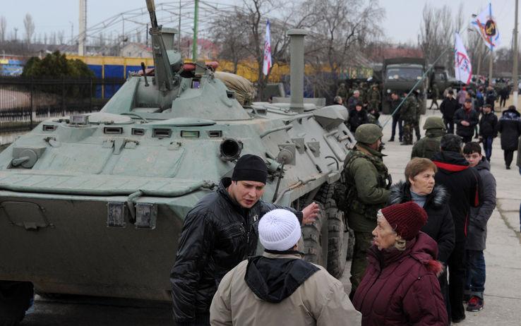 """Soldati russi occupano i palazzi del potere. Ultimatum a Kiev: """"Arrendetevi"""". Poi smentito"""