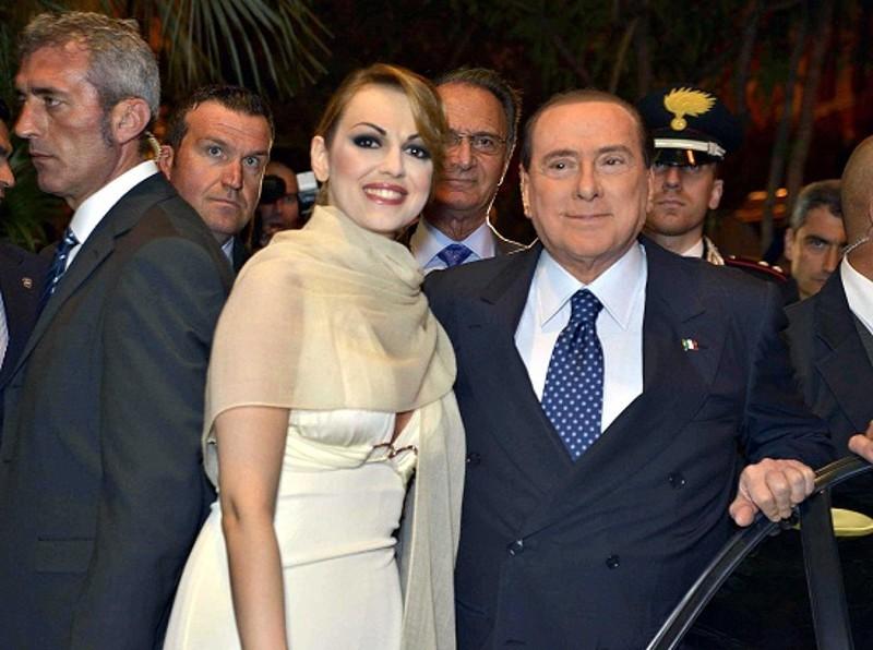 """Berlusconi delude Francesca Pascale: """"Troppo vecchio per sposarmi"""" e ai tifosi del Milan assicura: """"La squadra non si vende"""""""