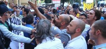 Roma, tornano gli scontri: bottiglie e fumogeni contro il ministero dello sviluppo. Citta' blindata