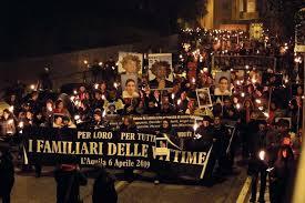 """L'Aquila non dimentica, in migliaia con le fiaccole in piazza. Il Papa: """"Preghiamo per la rinascita della Comunita'"""