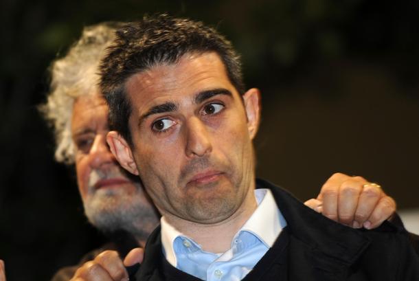 """M5S, Pizzarotti sfida Grillo:""""Il passo indietro è nei fatti"""". L'ex comico:""""Io più vivo che mai"""""""