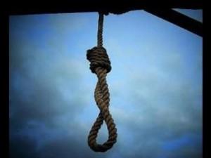 Orrore a Napoli, un uomo trovato impiccato e con le mani legate nel cortile di una scuola
