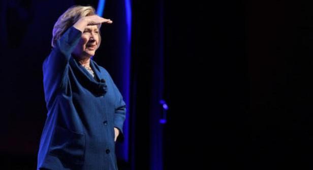 "Hillary Clinton come Bush: le lanciano una scarpa durante una conferenza. Lei: ""Che cos'è un numero del Cirque de Soleil?"""