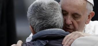 """Papa Francesco: """"Mi chiedono se sono comunista, ma l'amore per i poveri è una bandiera del Vangelo"""""""