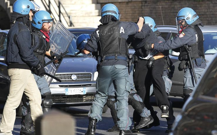 Roma di nuovo guerriglia, ventuno feriti uno grave negli scontri con la polizia. Sei gli arrestati, citta' nel caos