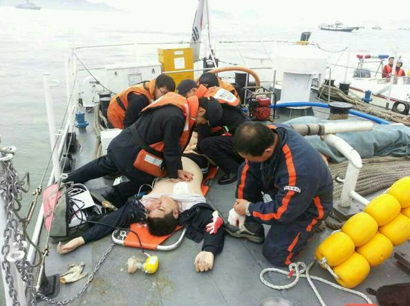 Corea del Sud, affonda un traghetto con 476 passeggeri. Almeno 2 i morti e 300 i dispersi.
