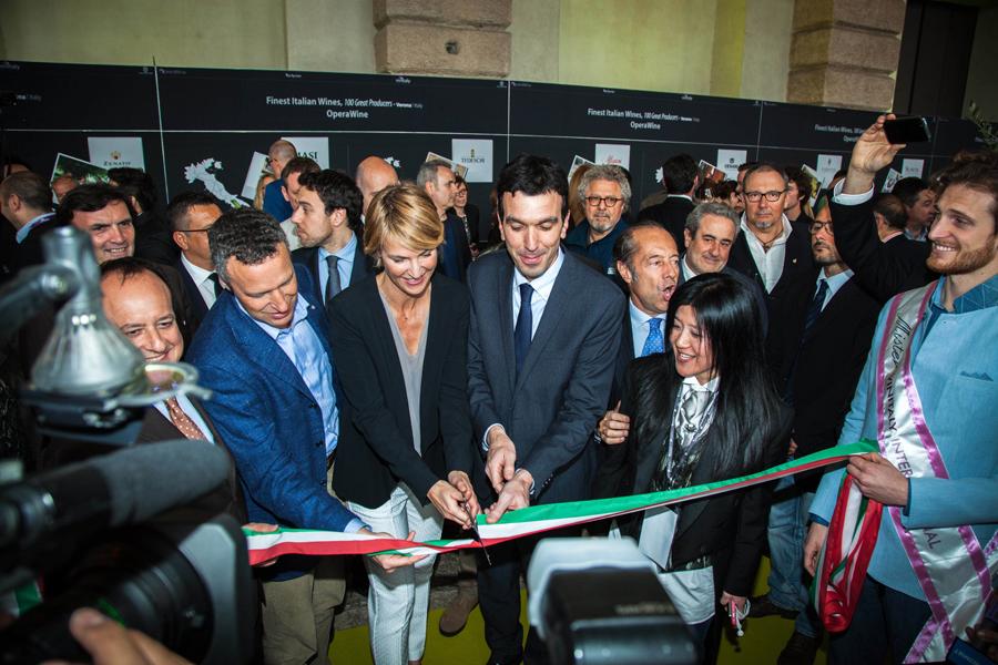 """Verona, red carpet con """"imbucato"""": tra ospiti e aziende anche i secessionisti veneti. Ma la Kermesse non si ferma"""