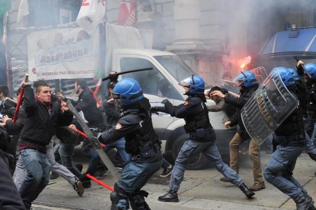 Torino, primo maggio di violenze: antagonisti in piazza, manganellate e fumogeni, tre fermati e 7 agenti feriti