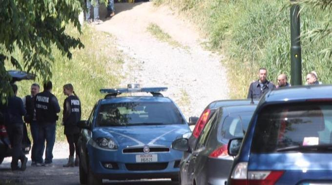 Shock a Firenze, donna uccisa e 'crocifissa' nuda sotto ad un cavalcavia. Torna la paura del serial killer