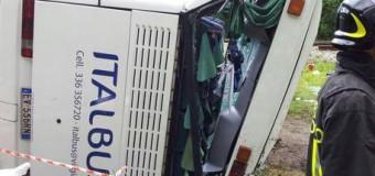 Belluno, pullman con 40 bambini a bordo si ribalta: alcuni feriti tre in gravi condizioni. Andavano a una gara di nuoto