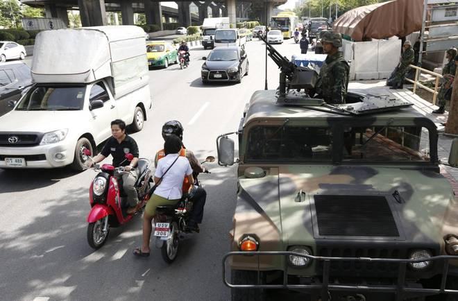 Scontri in Thailandia, l'esercito proclama la legge marziale. Censura su tutti i mezzi di informazione