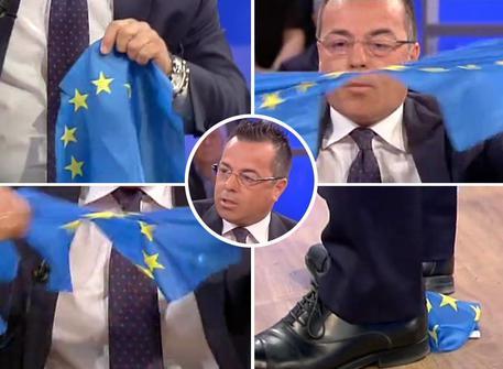 """Buonanno (lega Nord) strappa la bandiera dell""""Ue e ci si soffia il naso"""
