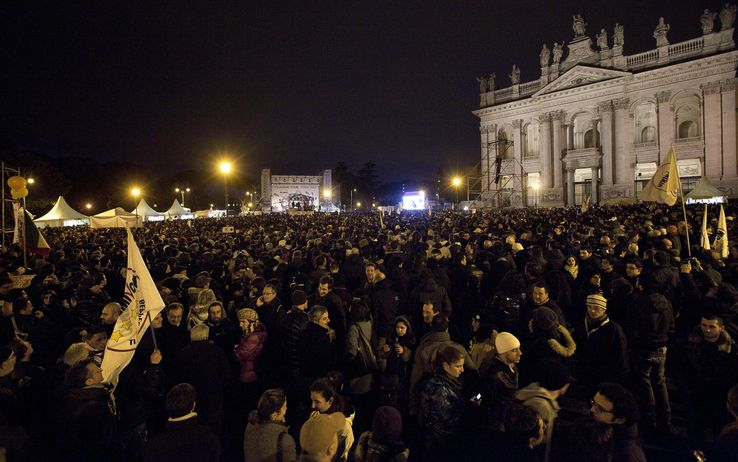Ultimi fuochi, Grillo a piazza San Giovanni tra fischi e insulti a Renzi e Napolitano
