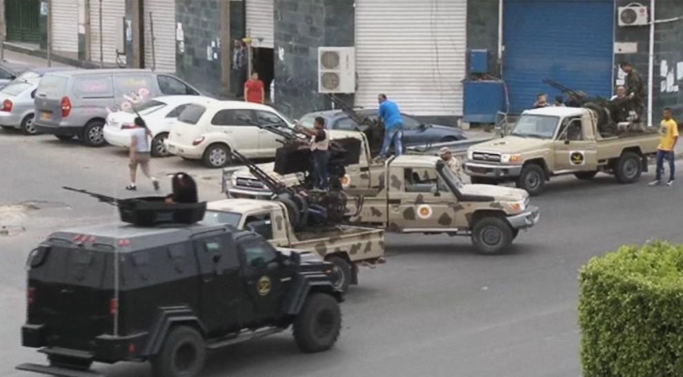 """Libia nel caos, attacco al Parlamento, 2 morti e 55 feriti. Il governo: """"In atto un golpe"""""""