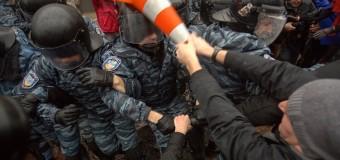 """Scontri in Ucraina, oltre 30 i morti tra i filorussi. Hollande: """"Gli ucraini devono essere liberi di scegliere il proprio destino"""""""