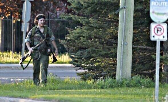 """Canada, uomo vestito come Rambo uccide tre poliziotti. Appello delle forze dell'ordine """"Restate in casa"""""""