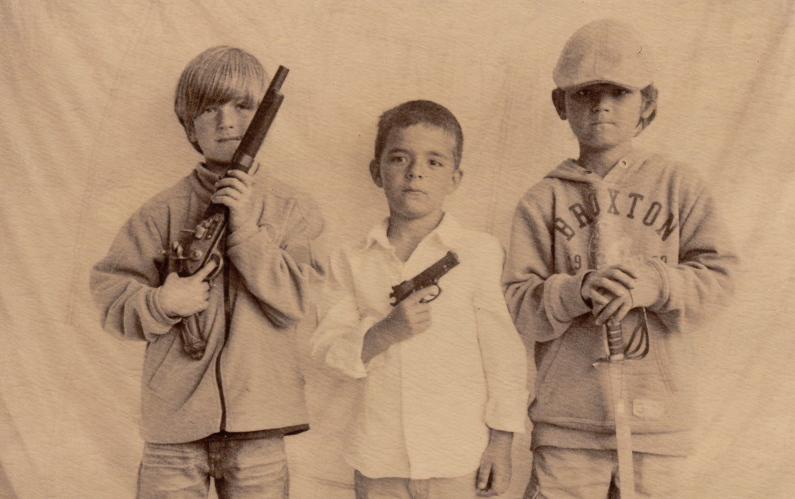 Camorra, bimbo di soli sei anni nasconde le armi del padre mandando a vuoto il blitz dei carabinieri