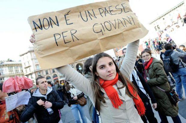 """Disoccupazione, in Italia quasi un giovane su due non ha lavoro. Istat: """"Livelli massimi dal 1977″"""