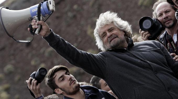 """Grillo shock: """"Stasera lanceremo un referendum per uscire dall'euro e per il reddito di cittadinanza"""""""