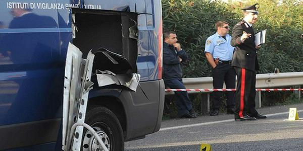 Far West a Roma: armati di mitra attaccano un portavalori e scappano. Caccia a quattro banditi