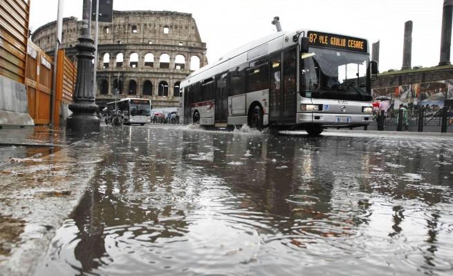 Caos a Roma per i forti nubifragi di stanotte: strade chiuse, alberi caduti, appartamenti evacuati
