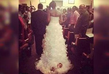 """Usa, si sposa e lega la figlia di un mese allo strascico del suo vestito. """"La bambina è protetta da Cristo"""""""