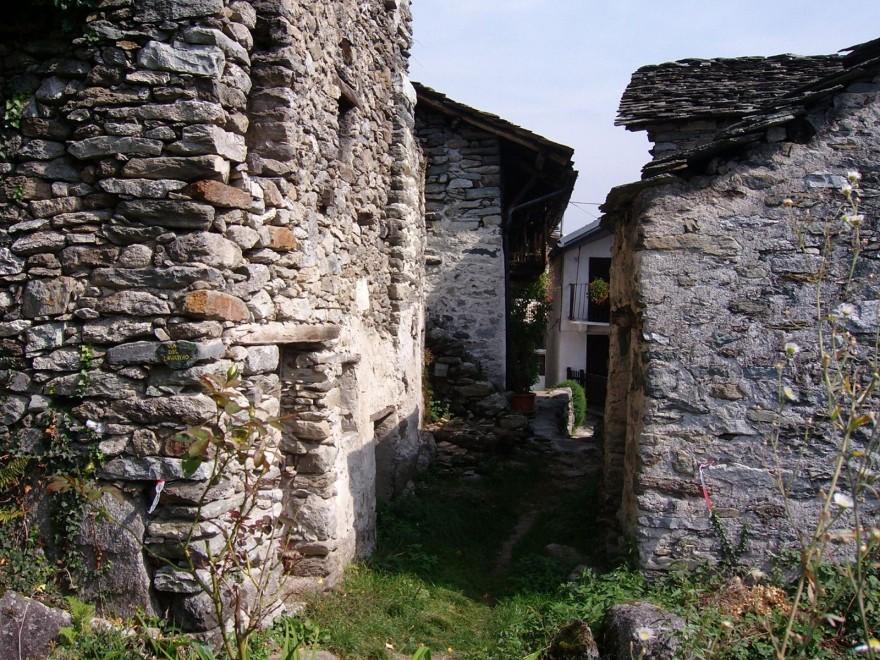 Borgo Calsazio (Piemonte), contrada alpina in vendita su ebay. La base d'asta è di 245 mila euro