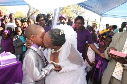 """Sud Africa, bambino di 9 anni sposa una donna di 66: """"Sono felice di essermi sposato. Quando sarò più grande sposerò una donna della mia età"""""""