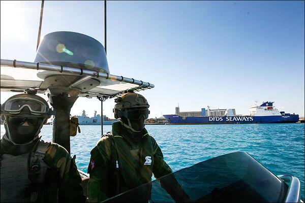 Gioia Tauro, inizia il trasbordo delle armi chimiche dalla nave siriana a quella americana