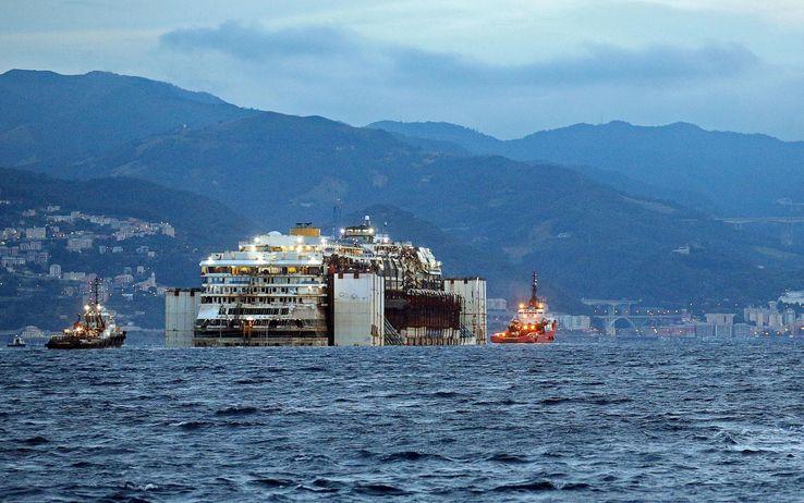 """Ultimo viaggio, la Concordia entra a Genova. Renzi: """"E' il giorno del ricordo delle vittime, nessuna passerella semplicemente un grazie"""""""