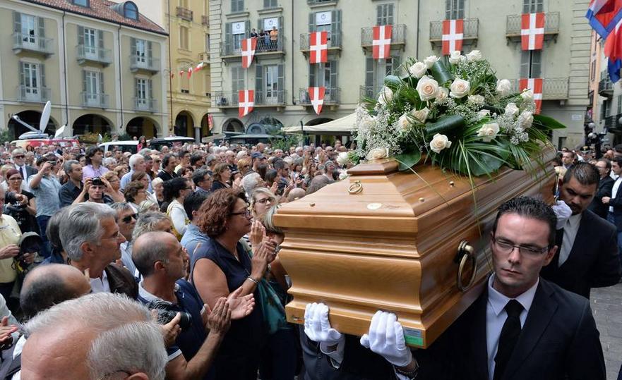 """Asti saluta il suo idolo, oltre 5000 persone per i funerali di Faletti. Paolo Conte: """"Giorgio qui ad Asti era un'istituzione. Di lui mi mancheranno soprattutto i suoi libri"""""""
